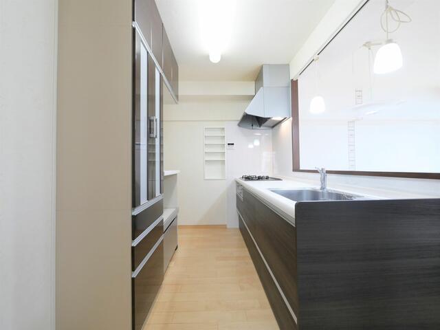 お料理をしながらでもご家族との会話を楽しめる対面キッチンです。背面にはカップボードが設置されているので、食器類の収納に困りません♪