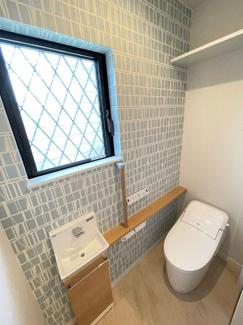 """収納が充実したトイレ!手洗い場もあり快適☆便器は""""アクアセラミック""""で汚れがつるんと落ち、簡単お手入れで新品のようなツルツル感が100年続きます。"""