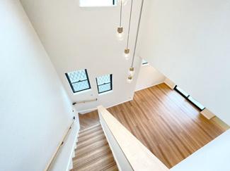 開放感と贅沢な空間が手に入る吹き抜け。弊社の物件は気密性・断熱性のある断熱材や複層ガラスを採用しているので、光熱費が高くなる心配がなく快適に過ごせます♪