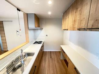 キッチンには便利な収納棚やカップボード♪キッチン周りの使いやすさと収納力UP!生活感もなくなり、スタイリッシュさを演出できます。