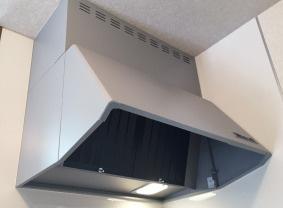 レンジフード 静かな動作音と強力排気機能のシロッコファン。照明も設置してあり手元を明るく照らします。