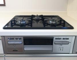 レンジフード 過熱防止センサー付ガスレンジ から炊きにより一定の温度に達すると自動で火を止めてくれる安心機能、過熱防止センサー付3口タイプ。