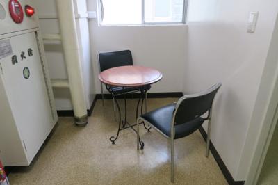 御徒町の貸事務所。 「毛利ビル」のことなら(株)メイワ・エステートへ 共用部には休憩できるスペース有。