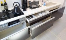 スライド収納 レンジ下やキッチンカウンターの下部は、調理器具や調味料などがすっぽり収まり、出し入れも簡単なスライド収納となっています。