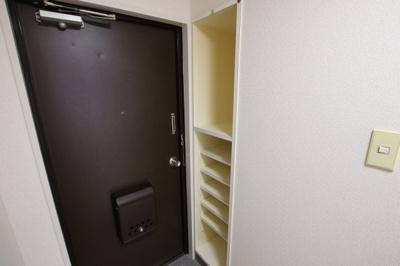 須川ハイツ 玄関にはたっぷり入るシューズボックスがあります