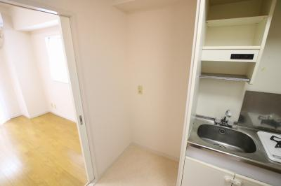 須川ハイツ キッチン横に冷蔵庫置き場があります