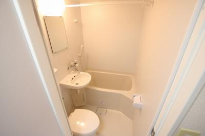 須川ハイツ 3点ユニットバスで、バストイレは一緒ですが、その分お部屋のスペースを広く使え、また掃除も楽ちんです。