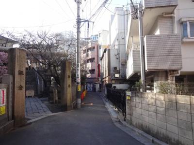 須川ハイツ 物件前 目の前は元三島神社です