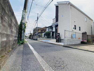 前面道路は約4mで閑静な住宅地となります。車通りも少ないので運転が苦手な奥様も安心して駐車できます。