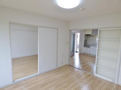 隣室には引き戸で繋がっています。 ※掲載画像は同タイプの室内画像のためイメージとしてご参照ください。