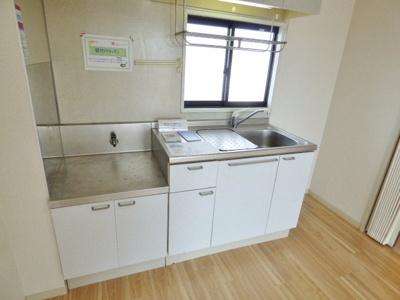 収納力バッチリの使い勝手の良いキッチンです♪キッチンに窓があるので匂いがこもりにくいです。 ※掲載画像は同タイプの室内画像のためイメージとしてご参照ください。