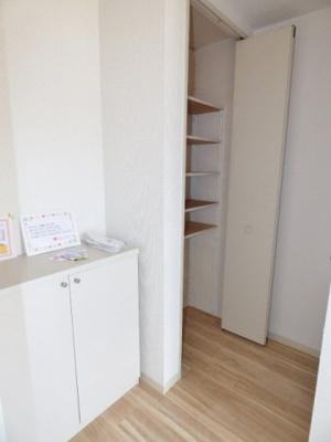 便利な玄関収納付きです♪ ※掲載画像は同タイプの室内画像のためイメージとしてご参照ください。