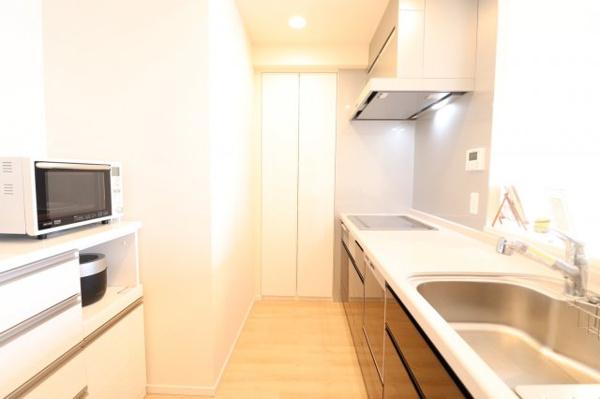 落ち着いた雰囲気のキッチンです。収納充実です◎