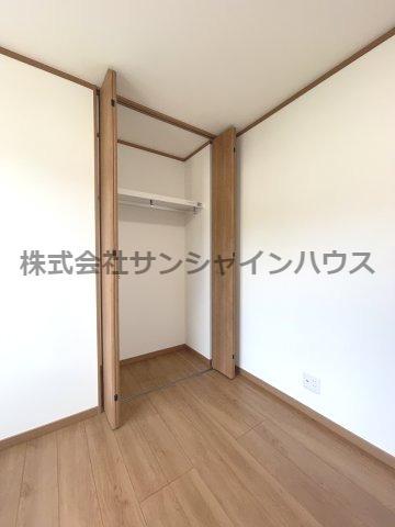中央の5.1帖洋室の収納は、天井まであるクローゼットで収納がたっぷり出来ます(枕棚+パイプハンガー付き)
