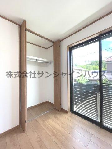 西側5.1帖洋室の収納は、天井まであるクローゼットで収納がたっぷり出来ます(枕棚+パイプハンガー付き)