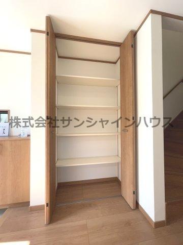 ★収納充実住宅★ ~あると嬉しいスペースです~ 1階廊下収納です(棚付き)