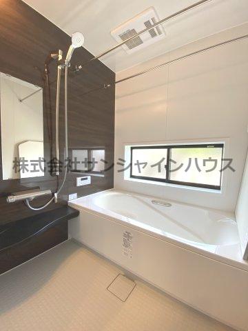 窓付の明るい浴室1坪タイプ、奥行きが深く、しっかり足を伸ばせる浴槽で一日の疲れも癒されます。