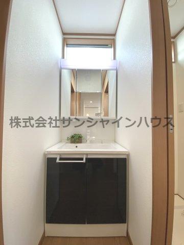 三面鏡化粧台は朝の身支度にも大変便利です!鏡の裏が収納となっておりますのですっきりと収められます。