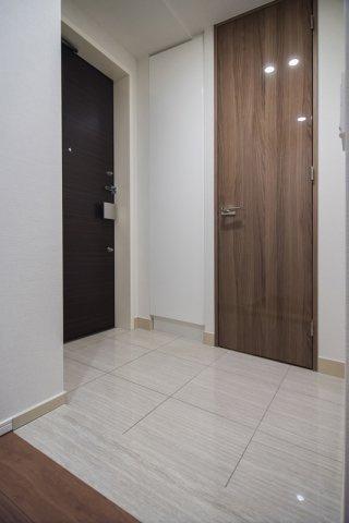 富久クロスコンフォートタワー:広々とした玄関には物入とシューズインクローゼットが付いております!
