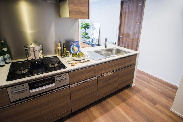 富久クロスコンフォートタワー:約3.2帖のキッチンです!食洗機付き対面式システムキッチンなので調理しながらコミュニケーションが取れます♪