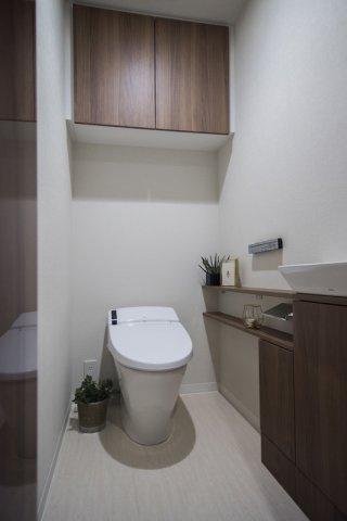富久クロスコンフォートタワー:ウォシュレット機能付きタンクレストイレの上には吊戸棚収納が付いております♪