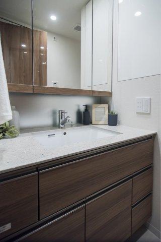富久クロスコンフォートタワー:清潔感のある三面鏡付き洗面化粧台です!