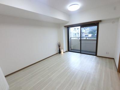 12.1帖のリビングは東向き6階につき日当たり・眺望◎ リビングと接した和室はオープンにすると開放感あふれるスペースに。