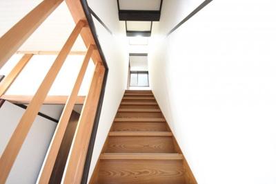 木目と白い壁紙とのコントラストの素敵な内装
