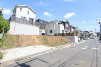 グランファミーロ都賀高品町 前面道路も広々しており、交互通行やお車の駐車をする際も安心です!