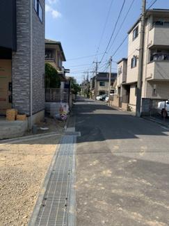 東側、前面道路5.5m。幅もあり車通りが多くないのでお子さまが居ても安心して生活していただけます。