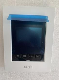 TVモニター付きインターフォン。 室内にいながら来訪者の確認ができるようになり、防犯面などの向上につながります。
