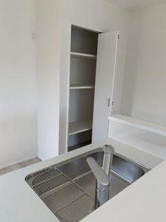 キッチンには稼働棚とカウンターが付いているので、食品や日用品などの収納に♪