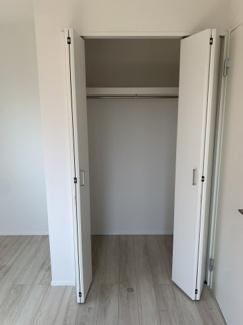 各居室に収納がございます。クローゼット上段はボックス等をきれいに並べて小物も上手に収納できます。