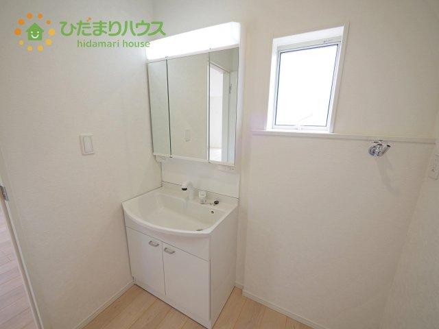 朝シャンや日々のお手入れにも便利なシャワー付き洗面化粧台♪