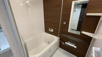 ウッドグレインダーク調の浴室カラーは落ち着いたイメージです。