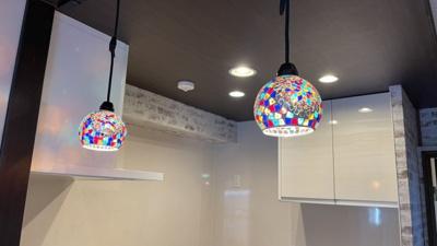 キッチンの照明はステンドグラスライト