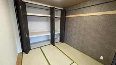 高級感のあるクロスが和室の空間を演出してくれています。