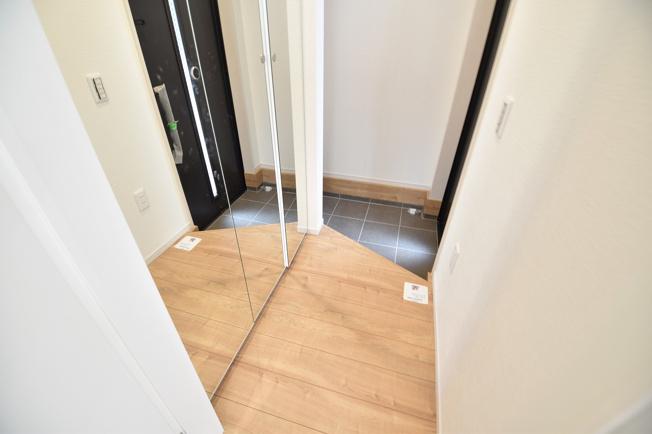 玄関先には便利な収納スペースあり!