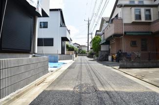 前面道路はほとんど車の通行はありませんので小さなお子様にも安心の立地です。