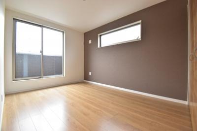 2面採光で爽やかな明るさの約6.2帖の洋室。全居室収納完備でお部屋も有効的にご利用いただけます。