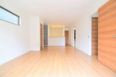 空間の広がりを考え設計されたリビングは住む人の為を想って作られました。家具の配置もしやすい空間に。