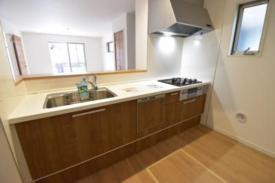食洗機付きのシステムキッチンは家事時短にも。家族の様子を見ながら家事ができる対面キッチン。