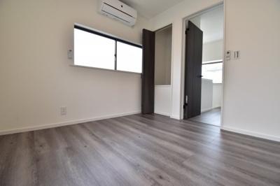 スモークオークと言われるシックな色合いの床材を使用しております。どんな家具でも合わせやすい