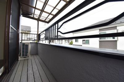 サンルーフ付きのバルコニーは急な雨にとっても便利。中古戸建ならではの設備ですね。