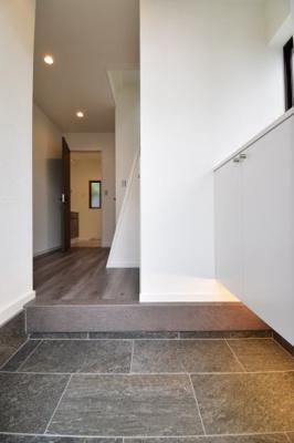 間接照明がお洒落な雰囲気をUP♪モダンな雰囲気を感じさせてくれるお家の入り口。