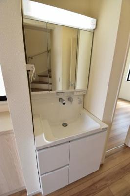 玄関の廊下部分にはもう一つの独立洗面台を。帰宅時にすぐ手洗いができて感染症予防にも良いですね。