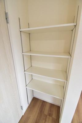 リビング収納スペース。可動棚で収納するものを選びません。ちょっとしたスペースも無駄にしない工夫。