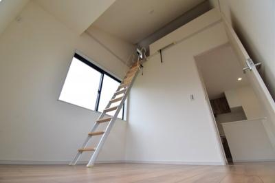 勾配天井で開放的な4.5帖の洋室。上部はロフトスペースとなっており収納スペースも十分。