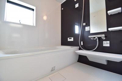 1坪タイプのバスルームはご家族皆様の疲れを癒すリラクゼーション空間。窓付きで換気もバッチリ。