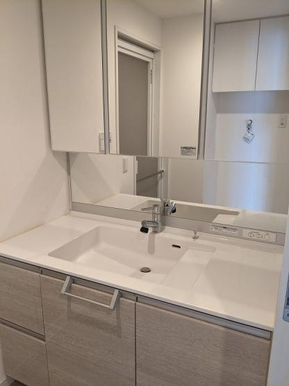 洗面所は3面鏡で鏡の裏まで収納がありますので、物が沢山入ります。広い洗面で朝の身支度も楽々♪